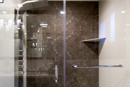 <p>Luxury King Shower</p>
